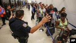 Una búsqueda en toda la terminal, una de las más grandes del país, no tuvo resultados, a excepción de un hombre que fue detenido llevando un traje del Zorro.