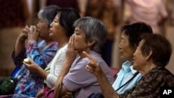 中国老年股民在北京一家证券行紧盯股市走向。