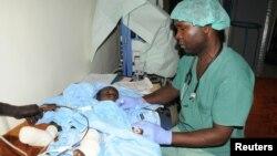 남수단 주바와 예이마을을 잇는 도로에서 반군 총격에 부상당한 어린이가 지난 18일 주바 군병원으로 후송돼 치료받고 있다.