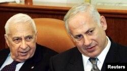 2005年1月16日以色列总理沙龙(左)和财政部长内塔尼亚胡出席在耶路撒冷出席会议。