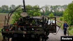 Un vehículo ucraniano destruido por insurgentes prorrusos en una emboscada.