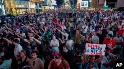 7月14日纽约市民在时代广场抗议法庭对齐默曼的无罪裁决