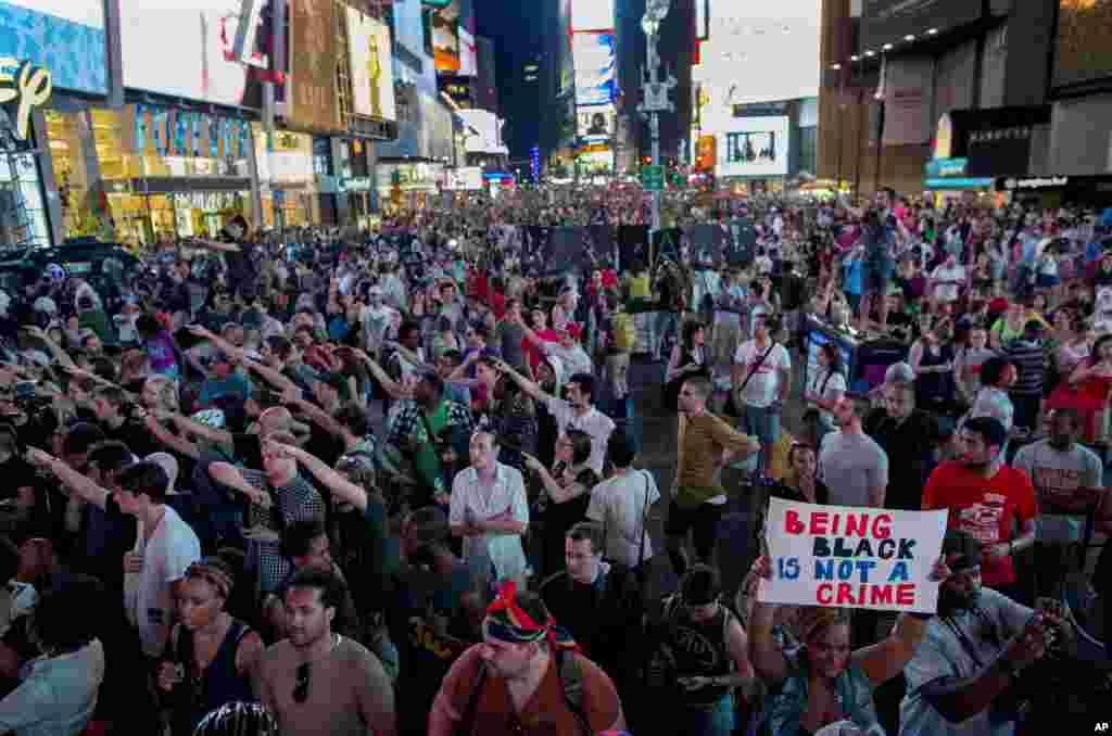Maelfu ya watu wakiandamana Times Square New York baada ya George Zimmerman kukutwa hana hatia na mahakama ya Florida, July 14, 2013.