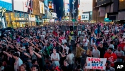Une manifestation massive à Times Square (New YorK) contre le verdict