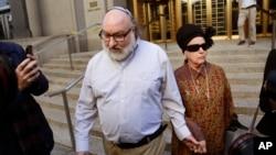 Jonathan Pollard eşi Ester'le New York Federal Mahkemesi'nden ayrılırken