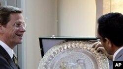 리비아 반군 과도국가위원회 대표와 악수하는 베스터벨레 독일 외무장관(왼쪽)