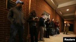 ایک پولنگ اسٹیشن کے باہر ووٹروں کی قطار