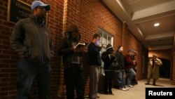Cử tri đứng xếp hàng trước khi phòng phiếu mở cửa tại Pineville, North Carolina, ngày 6/11/2012