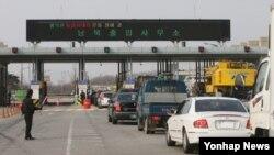 북한이 서해지구 군 통신선을 단절한 가운데 28일 오전 경기도 파주시 경의선남북출입사무소에서 개성공단 차량이 출경하고 있다.