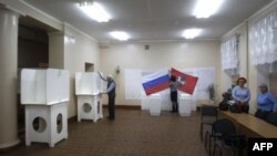Izborni funkcioneri pripremaju jedno od glasačkih mesta u Rusiji za sutrašnje izbore za članove parlamenta