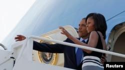 Tổng thống Mỹ Barack Obama và Ðệ nhất phu nhân Michelle Obama đáp chuyên cơ Air Force One tại Căn cứ không quân Andrews đi Châu Phi, ngày 26/5/2013.