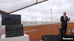 """Perdana Menteri Australia Selatan Jay Weatherill berbicara pada peluncuran """"Hornsdale Power Reserve"""" , baterai lithium terbesar di dunia yang dibuat perusahaan Tesla, di Jamestown di utara Adelaide, Australia Selatan, Jumat (1/12)."""