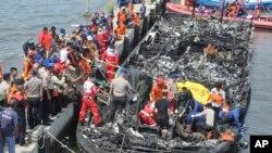 Tim SAR mencari korban yang selamat dalam kebakaran kapal feri di Jakarta (1/1)