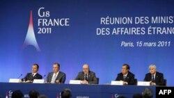 Міністр закордонних справ Франції Ален Жуппе - в центрі - звертається до репортерів по завершенні спільної прес-конференції міністрів закордонних справ Великої вісімки.