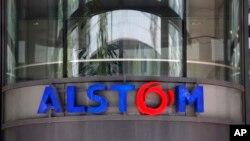 Logo Alstom di kantor pusat perusahaan yang memproduksi kereta cepat dan pembangkit listrik, di Levallois-Perret, di luar Kota Paris, Perancis, 30 April 2014.