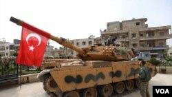 Arşîv: Alayê Tirkî li ser tankekê li navenda bajarê Efrîn