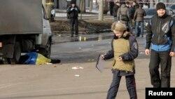 Thi hài một nạn nhân được phủ dưới quốc kỳ Ukraine, tại hiện trường vụ nổ bom, 22/2/15