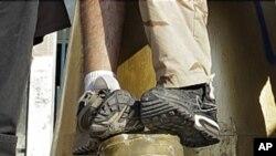 가다피 동상을 짓밟는 NTC군들