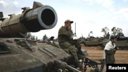 以色列士兵2012年11月22日以色列国防军在中央加沙边境集结地区的一辆坦克上祈祷