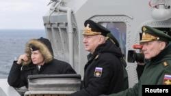 Rus donanmasının geçen yıl Karadeniz'deki tatbikatını izleyen Rusya Devlet Başkanı Vladimir Putin.