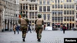 Des soldats belges patrouillent devant le Grand Palais de Bruxelles après des attentats de Bruxelles, Belgique, 24 mars 2016