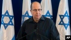 Menhan Israel Moshe Yaalon, mengumumkan kepada media soal pengunduran dirinya di Tel Aviv, Jumat (20/5).