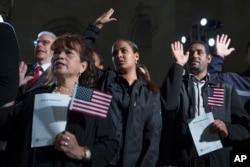 美国总统奥巴马参加的一次公民归化入籍仪式上,美国新公民宣誓效忠美国(2015年12月15日)