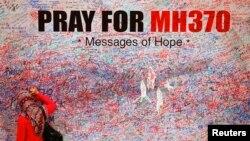 Một phụ nữ để lại một lời chúc động viên và hy vọng cho các hành khách trên chuyến bay bị mất tích MH370 của Malaysia Airlines ở trung tâm Kuala Lumpur