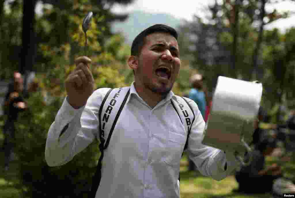 Un manifestante golpea una olla durante una protesta en el Parque Nacional mientras continúa la huelga nacional en Bogotá, Colombia, el 23 de noviembre de 2019. REUTERS / Luisa González.