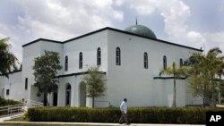 ໂບດອີສລາມ Jamat Al-Mummineen Mosque ໃນເມືອງ Margate, ລັດ Florida, ບ່ອນທີ່ imam Izhar Khan ຖືກກ່າວຫາວ່າໃຫ້ການສະໜັບສະໜຸນດ້ານເງີນ ແກ່ກຸ່ມຕາລີບັນປາກີສຖານ, ວັນທີ 14 ພຶດສະພາ 2011