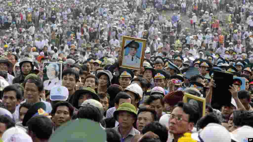 Hàng trăm ngàn người đứng dọc theo đoạn đường dài 40 kilomet để tiễn đưa Tướng Giáp đến nơi an nghỉ cuối cùng.