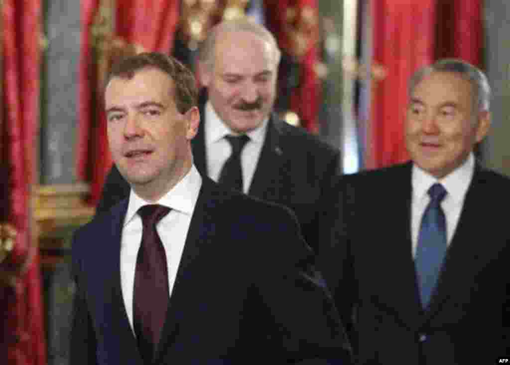 Russian President Dmitry Medvedev, left, Belarusian President Alexander Lukashenko and Kazakhstan's President Nursultan Nazarbayev, right, take part in the meeting of heads of states of the Supreme Eurasian Economic Council, in the Moscow Kremlin, Moscow,