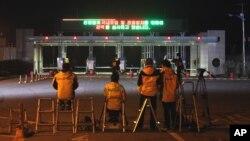 Media Korea Selatan menunggu kepulangan warga Korea Selatan dari kompleks industri Kaesong di pintu perbatasan kedua Korea (29/4).