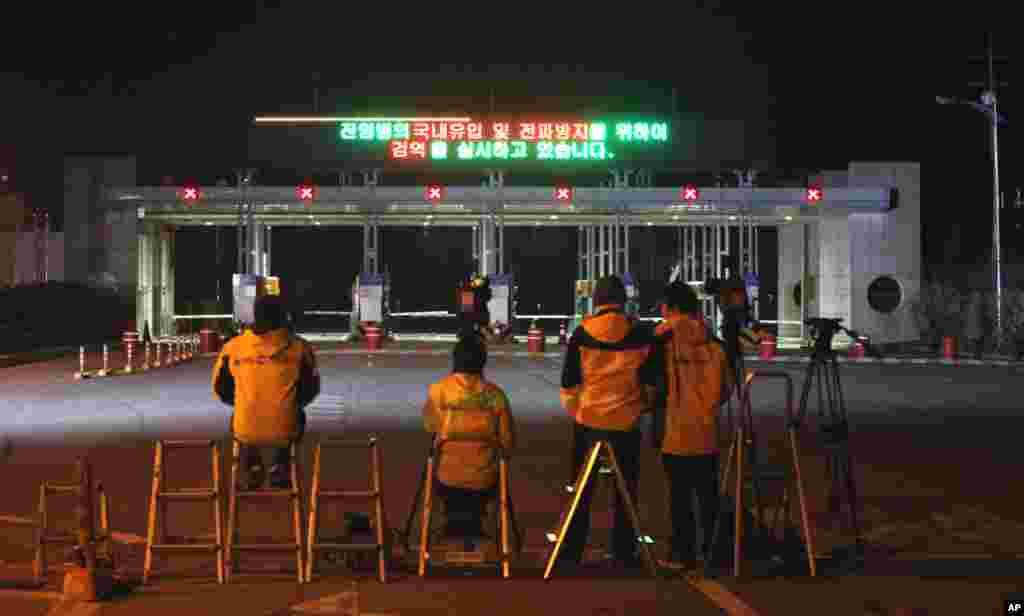 2013年4月29日,媒体在韩国坡州板门店边界村附近的海关等待从朝鲜开城返回的韩国人。