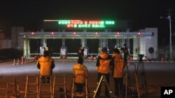 Kaesong စက္မႈဇံုမွာ က်န္ေနတဲ့ ေတာင္ကိုရီးယား ၇ ဦးကို ေစာင့္ဆုိင္းေနၾကစဥ္ ( ၂၉ ဧၿပီ ၂၀၁၃)