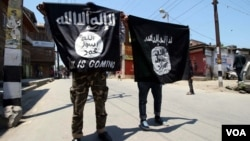 In Indian-administered Kashmir some young men are seen carrying Islamic State flags during an anti-government demonstration, June 27, 2015. Indian security agencies say that IS has its sympathizers in Kashmir. (Photo - T. Lone/VOA)