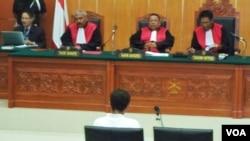 Suasana persidangan terdakwa perkara terorisme, Umar Patek di Pengadilan Negeri Jakarta Barat hari Senin 21/5 (foto: Fathiyah Wardah/VOA).