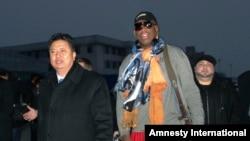 El basquetbolista retirado Dennis Rodman llega al aeropuerto de Pyongyang en Corea del Norte.