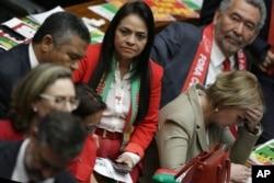 Các nhà lập pháp phản ứng sau khi hạ viện bỏ phiếu buộc tội Tổng thống Brazil Dilma Rousseff, ngày 17 tháng 4 năm 2016.