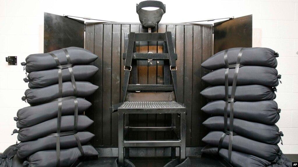 Камера казни в тюрьме штата Юта. В деревянной панели за креслом видны пулевые отверстия. 18 июня 2010 года