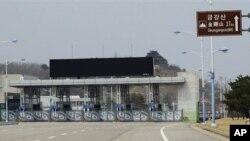 남북출입관리소의 닫힌 문. (자료사진)