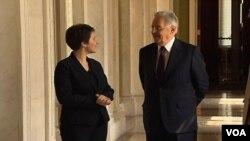 Fernando Henrique Cardoso e a repórter Danielle Stescki na Biblioteca do Congresso americano