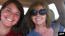 Foto yang tidak disebutkan tanggalnya ini menunjukkan Kayla Mueller (kiri) yang berusia 26 tahun dan ibunya Marsha Mueller. (Foto: dok.)