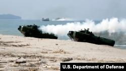 Высадка морпехов США на боевых машинах десанта-амфибиях (архивное фото)