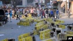 Các nhà hoạt động thuộc đảng Hồi giáo Jamaat-e-Islami đặt các chướng ngại vật trên đường trong cuộc đình cộng, 28/2/13