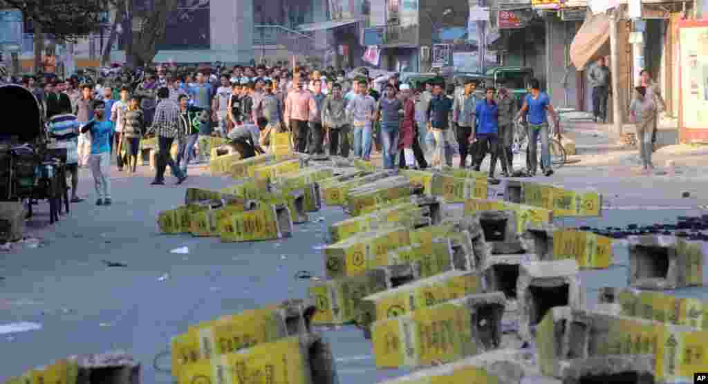 Jamaat-e-Islami members set up road blocks during a strike called by the party in Chittagong, Feb. 28, 2013.