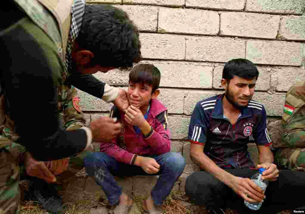 بغض گلویش را گرفته و نمی تواند صحبت کند. نوجوان عراقی که در روستایی در نزدیکی موصل، تازه از دست داعش آزاد شده است. او در حال صحبت از تجربه زندگیاش و فرارش از دهکده جاربواه در نزدیکی موصل بود.