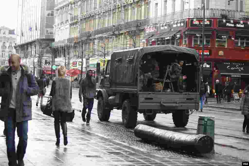 While less conspicuous than recent days, military and police remained deployed in commercial areas of Brussels, Nov. 25, 2015. (Heather Murdock/VOA)