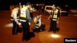 10일 요르단 서안지구 유대인 정착촌 앞에서 팔레스타인 남성이 이스라엘인 3명을 흉기로 찔러 여성1명이 사망했다. 이스라엘 응급처리반이 사건 현장을 수색하고 있다.