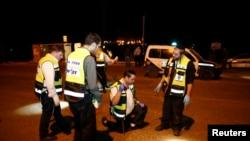 Polisi Israel memeriksa lokasi saat seorang pemuda Palestina menikam tiga warga Israel di Tepi Barat, Senin (10/11).